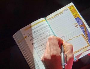 Die Gottesdienstkarte passt gut in die Gesangbücher und Liederhefte. Auch optisch fügen sie sich stimmig in den Gottesdienst ein.